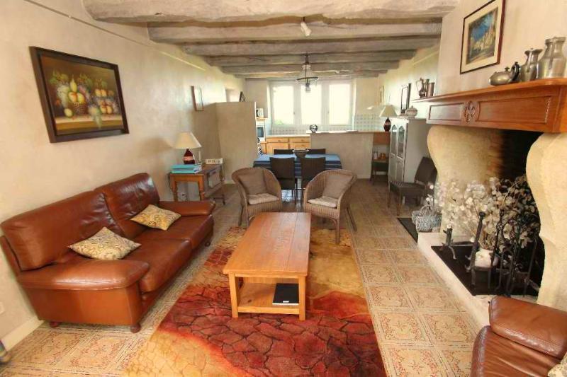 Le séjour : le salon est au 1er plan, la salle à manger et la cuisine au fond.