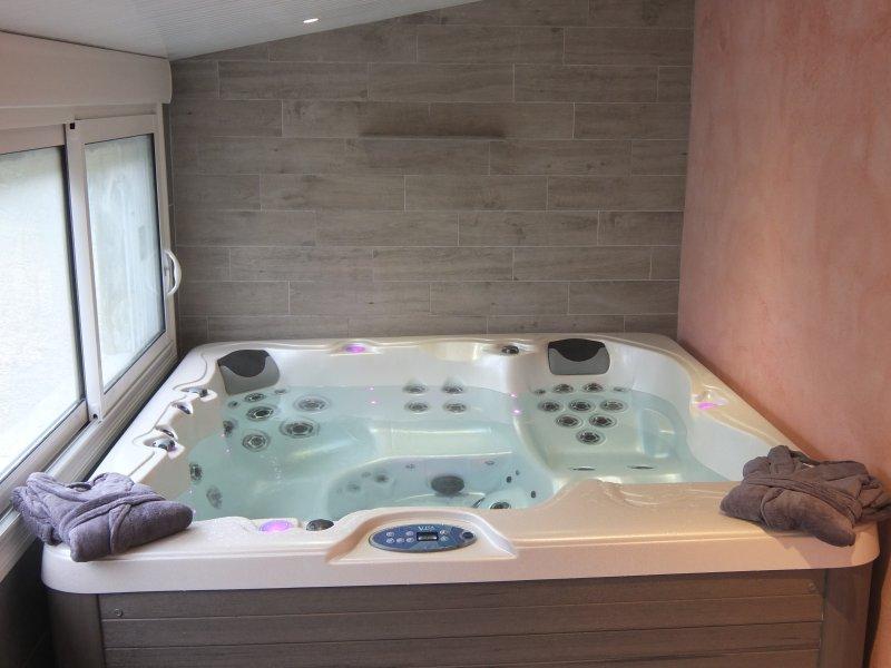 le spa 5 places(serviettes, peignoirs ,crocs fournis) avec supplément .