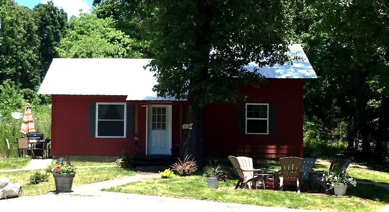Beautiful, New and Secluded The Red Cabin is thePerfect Get-a-Way! 4 Miles to the Buffalo River.