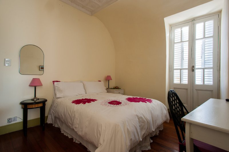 Central, charming, quiet 2+brm apt near subtes D&B, aluguéis de temporada em Capital Distrito Federal