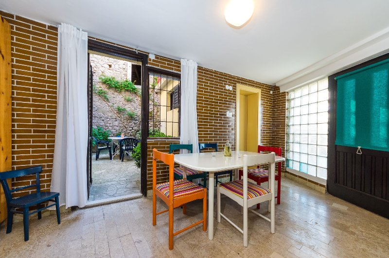 Entrance / dining into courtyard