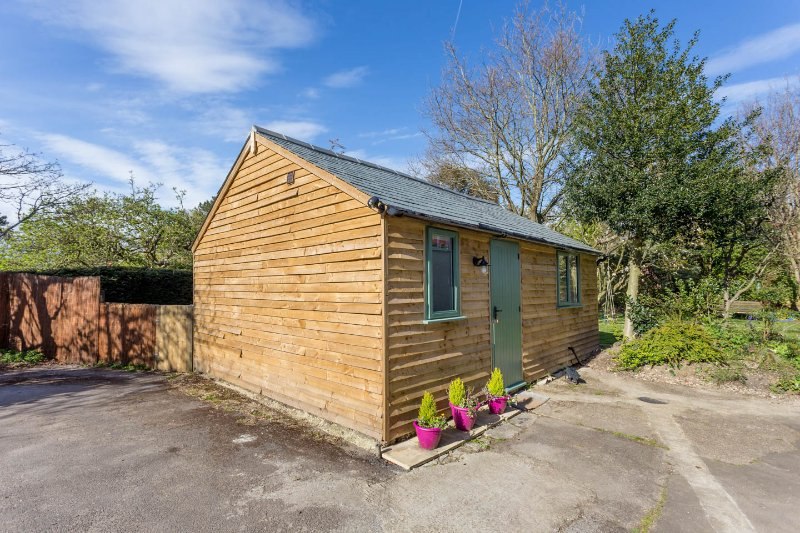 Cute and Cosy Garden Lodge in Lymington, vacation rental in Sway