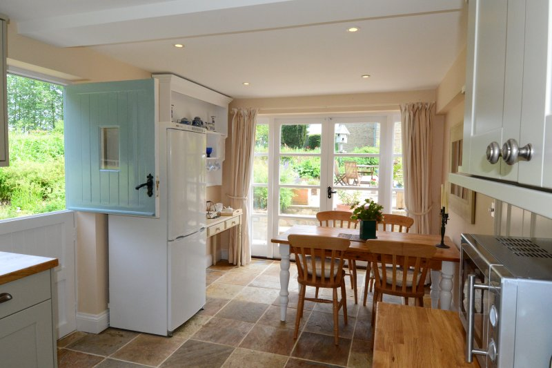 Spring Hill Cottage - Light and airy kitchen