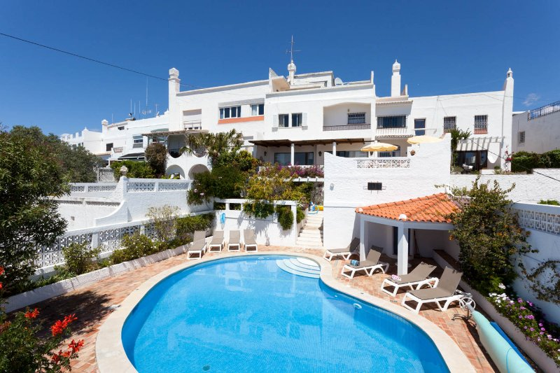 Spectacular Beach Views; Walk to Beach and Old Town; Villa Casa Juno, alquiler de vacaciones en Faro District