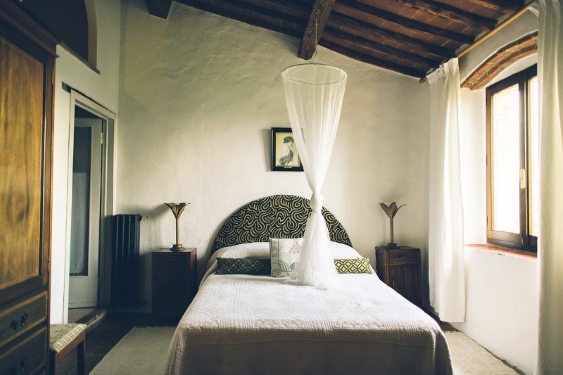Beautiful 2-bedroom apartment villa in the heart of Chianti, pool & sunset views, holiday rental in Isole