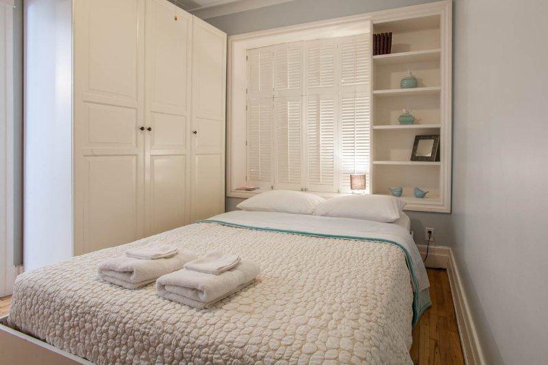 # 2 dormitorios - cama y la pared del gabinete UGE reina