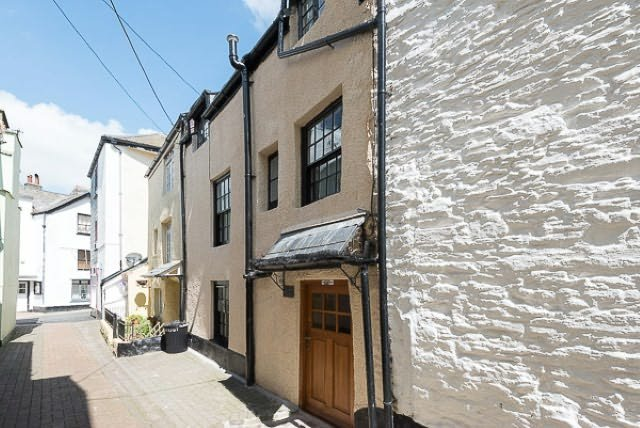 Situated in the heart of Looe just yards from the beach, river and shops.