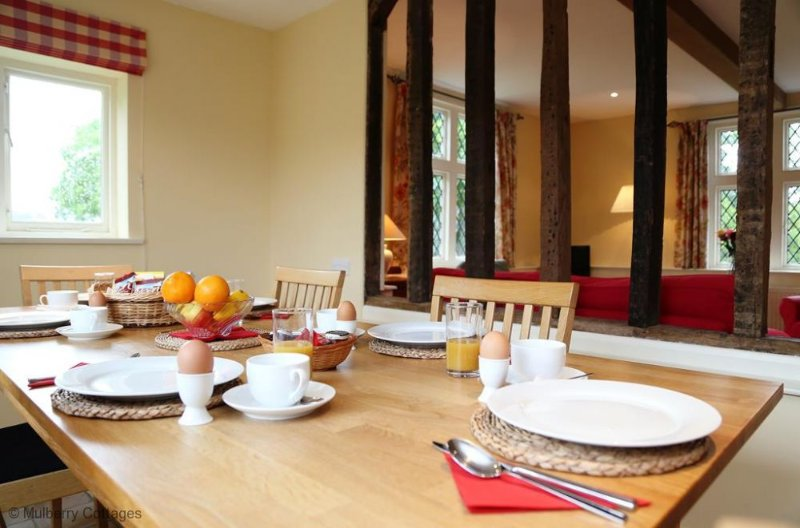 Breakfast / Dining area, 6 seats at table
