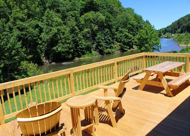 RIVERS EDGE- w/Hot Tub, FIre Pit, WiFi, Gas F/P & Ping Pong. Near Zaloo's!, holiday rental in Jefferson