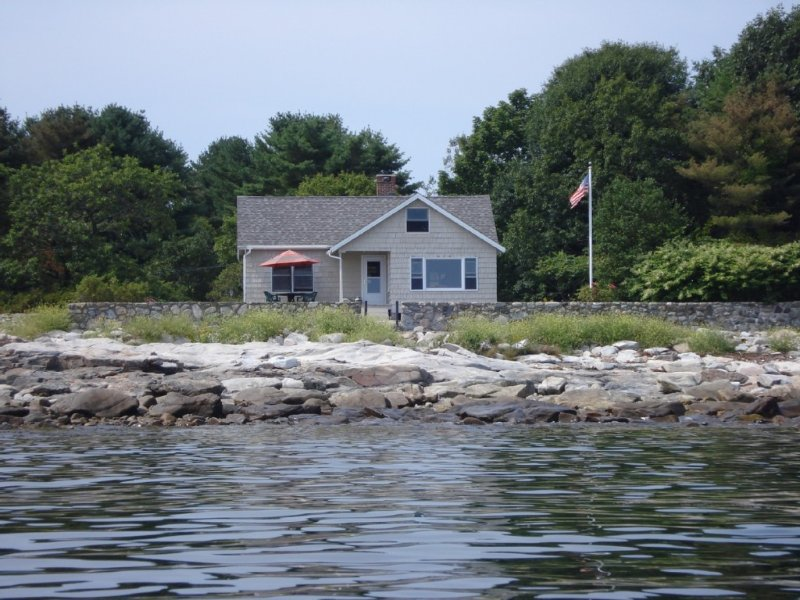 Charming oceanfront cottage, holiday rental in Cape Neddick