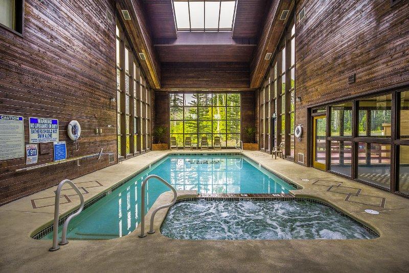 Condo 241, 2 bd + Loft, 3 Ba, Wifi, Gas Fireplace, Community Pool & Jacuzzi, BBQ, location de vacances à Parowan