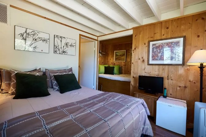 2nd bedroom with queen sized bed.