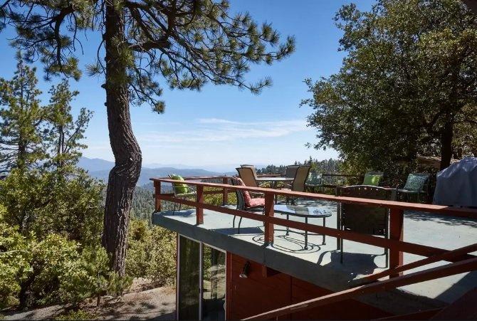Large Deck overlooking downstairs bedroom & dazzling views
