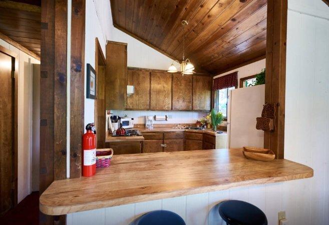 Cuisine avec beaucoup de détails en bois donne à la maison que la cabine chaude