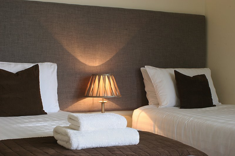 Doble o super-rey dormitorio con vistas al posterior de la propiedad