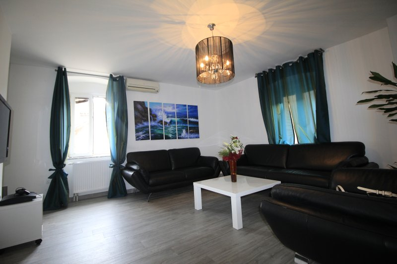 Beautifull 100m2 modern looking appartment in center of old town just a few steps from Cathedral.