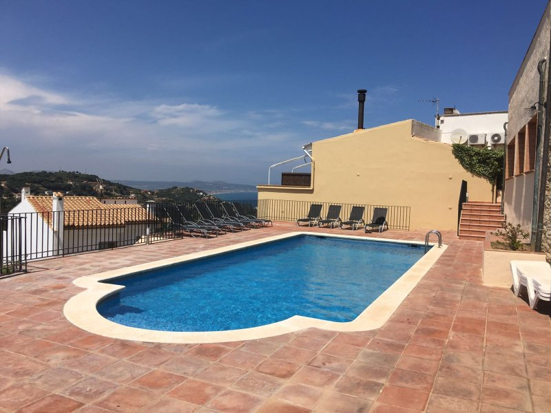 2 Bedroom Apt Centre Begur, pool & beautiful views, vakantiewoning in Begur