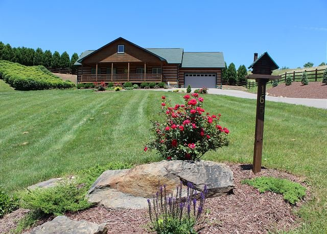 NOW BOOKING - DUCK POND LOG HOME W/HOT TUB, WIFI, GAS F/P & AIR HOCKEY., Ferienwohnung in Warrensville
