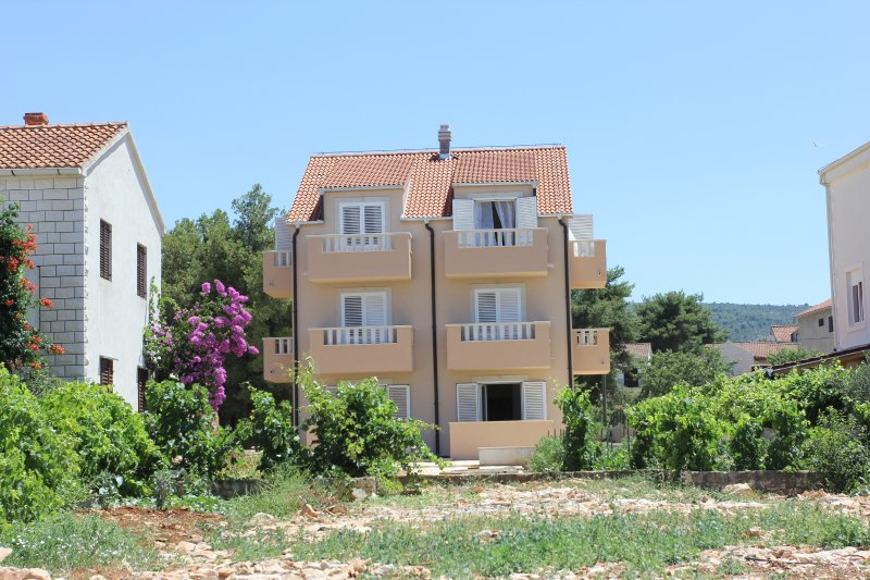 APARTMENTS ZVONIMIR / MIRCA / PLACE BY THE SEA, holiday rental in Supetar