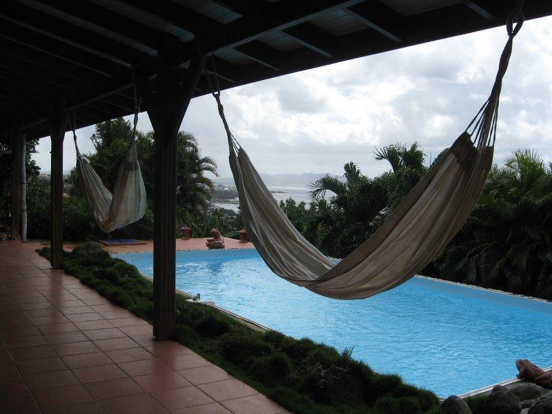 app. situé dans villa sur colline ventilée,discret ,calme,piscine,intérieur,clim, location de vacances à Arrondissement of Fort-de-France