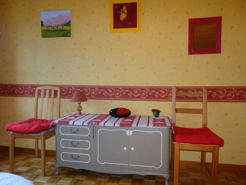 habitación roja cajonera