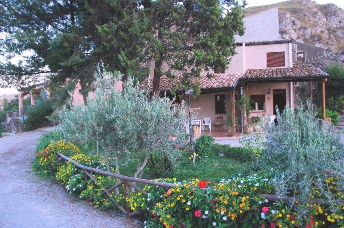 Villa a Caccamo 'Santa Lucia'  (Palermo), holiday rental in Montemaggiore Belsito