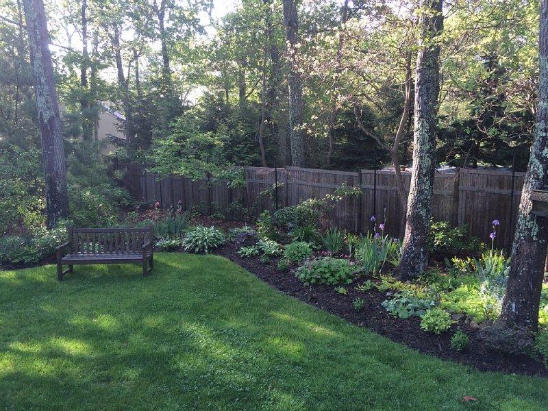 Beau jardin paysager avec canapé et chaises longues (non montré)