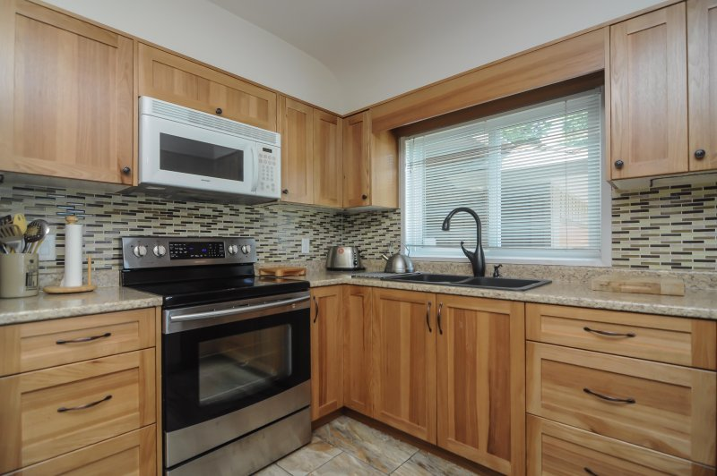 kitchen fully equipped - Quartz counter tops, stainless appliances