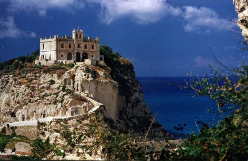 2 km from the famous island with the church in Tropea