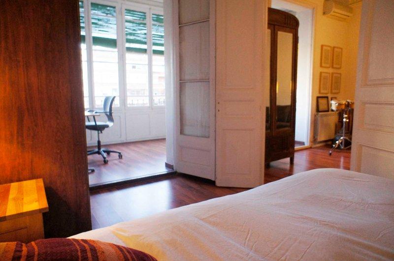 SALA 1: La cómoda de tamaño king 2x2 cama, se comunica con el tiovivo y sala de estar.