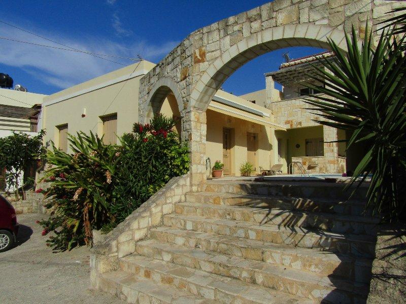 SIMPLY KALYVES, walk to the beach, shared pool Apt, casa vacanza a Tsivaras