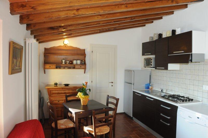 Borgo Nuovo Appartamento 'Muladhara'(2+2), holiday rental in Palazzo del Pero