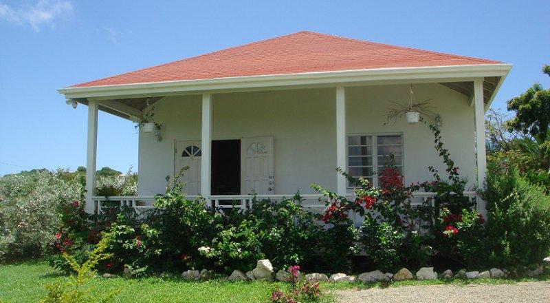 2 bedroom cottage with A/C & WiFi, aluguéis de temporada em Saint John Parish