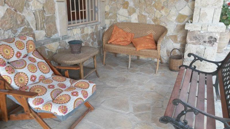 veranda coperta con divanetti relax
