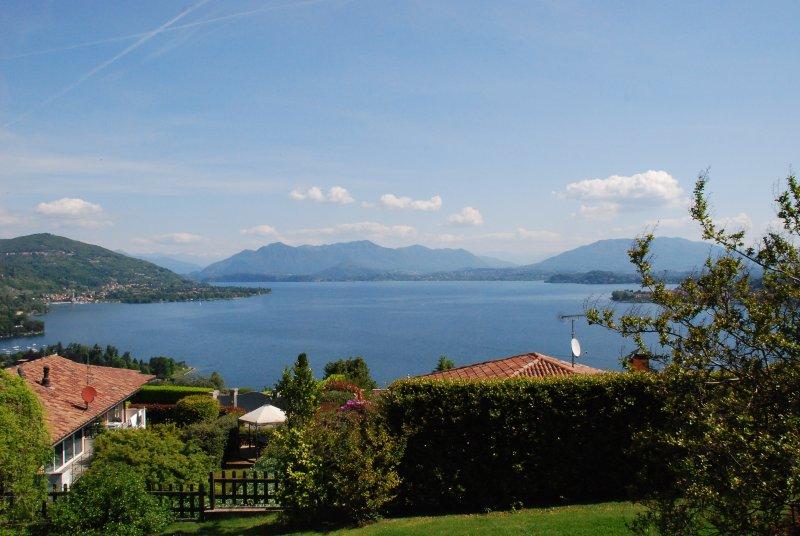 Lake Maggiore villa with stunning view, location de vacances à Oleggio Castello