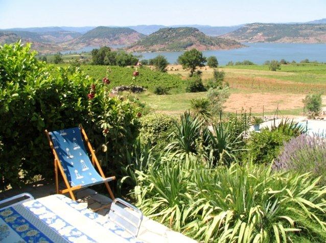 Relaxe em frente ao lago Salagou