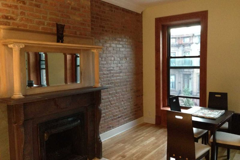 Lisa's Townhouse - 2 Bedroom Condo Style Apartment, holiday rental in New York City