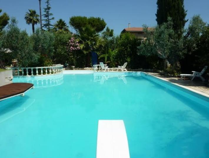 bellissima piscina immersa nel verde, per coloro che vogliono rilassarsi!