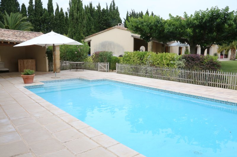 Maison 360 m2, 5 chambres, piscine, 12 pers, holiday rental in Bezouce