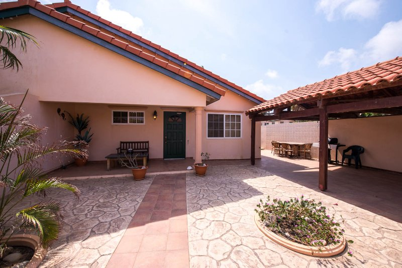 Aruban Tropical Villa in Punto de Oro, holiday rental in Noord