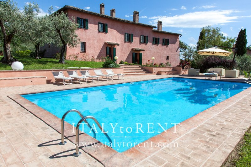 VILLA IL CONVENTO, pool. Near Assisi. Sleeps up 16, holiday rental in Foligno
