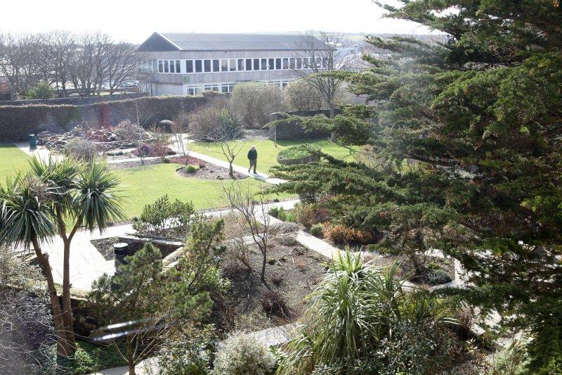 Vista desde la ventana sobre los jardines de la casa de Tankerness