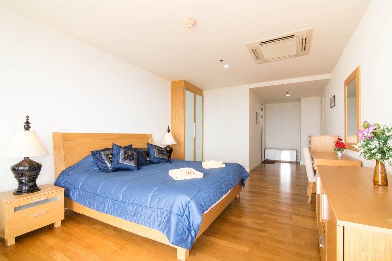 Amplio dormitorio principal con baño