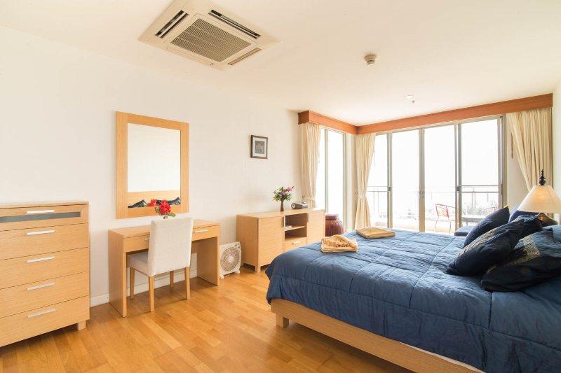 dormitorio principal en suite con cama de matrimonio y balcón con vistas al mar