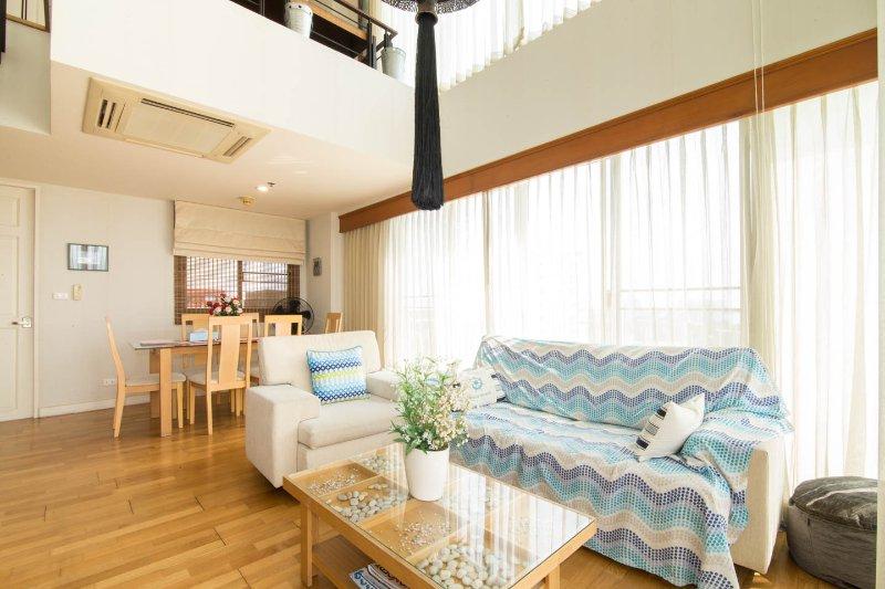 cómoda sala de estar y mesa de comedor