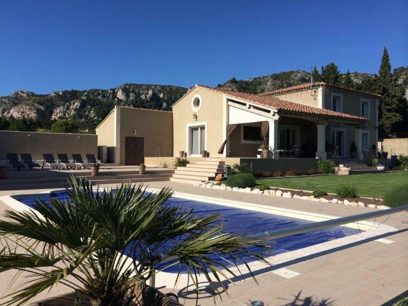 Au coeur du luberon, villa de caractère avec piscine, aluguéis de temporada em Cheval-Blanc