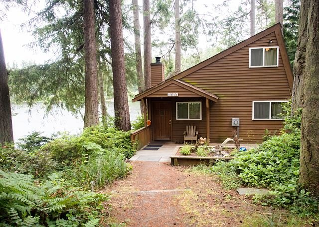 Charming private lake house with private dock (242), location de vacances à Langley