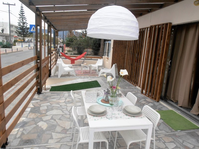 House with veranda near the sea & the city center, location de vacances à Kos Town