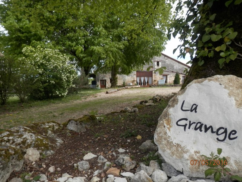 La Grange Grande: Hamlet Location with Private Garden & Pool (Vieux Mareuil), holiday rental in Puyrenier