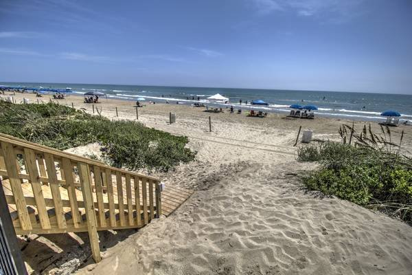 RIGHT ON the BEACH!  Ground Level and Beachfront!  Walk right out to SAND!, location de vacances à Île de South Padre